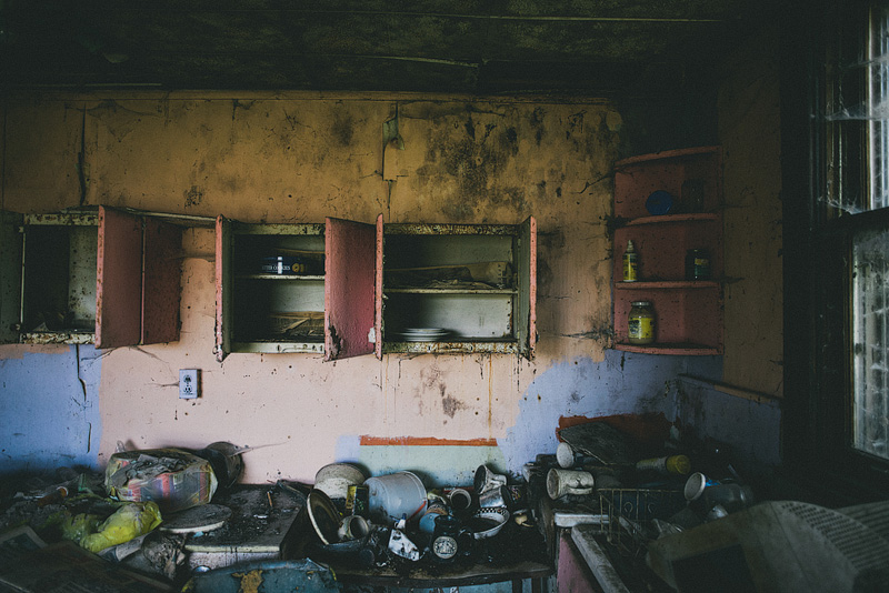Dirty dishes in an abandoned house.